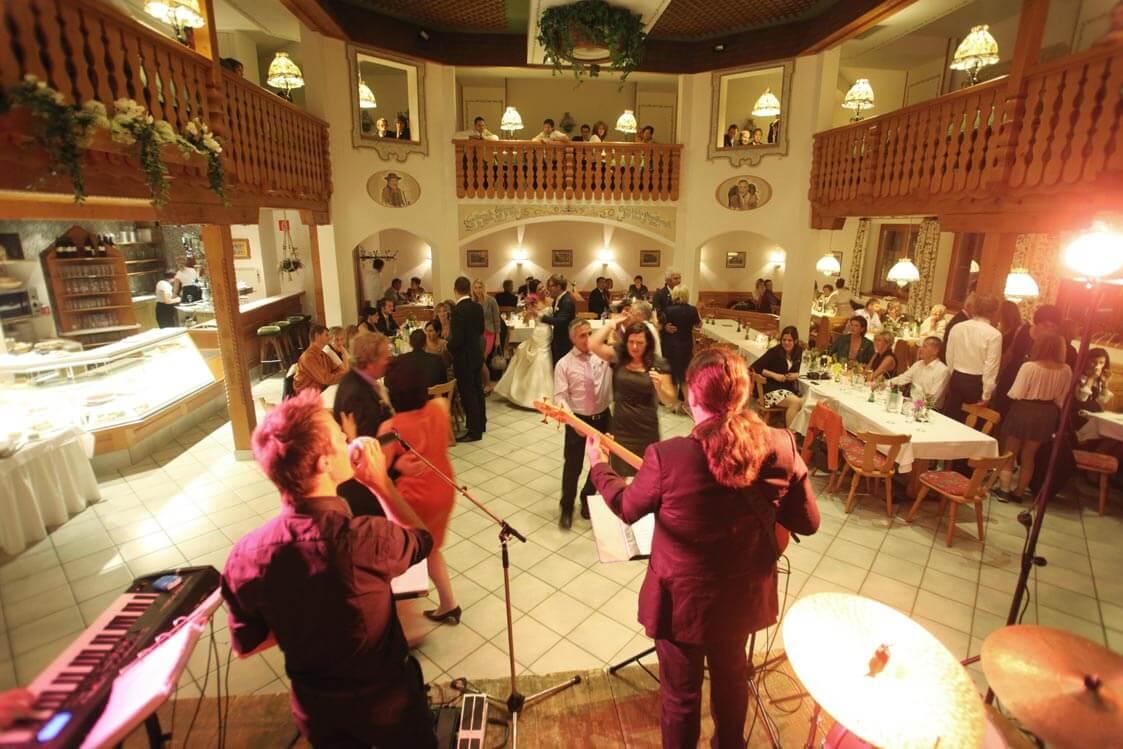 Konzert mit Bühne im großen Festsaal.