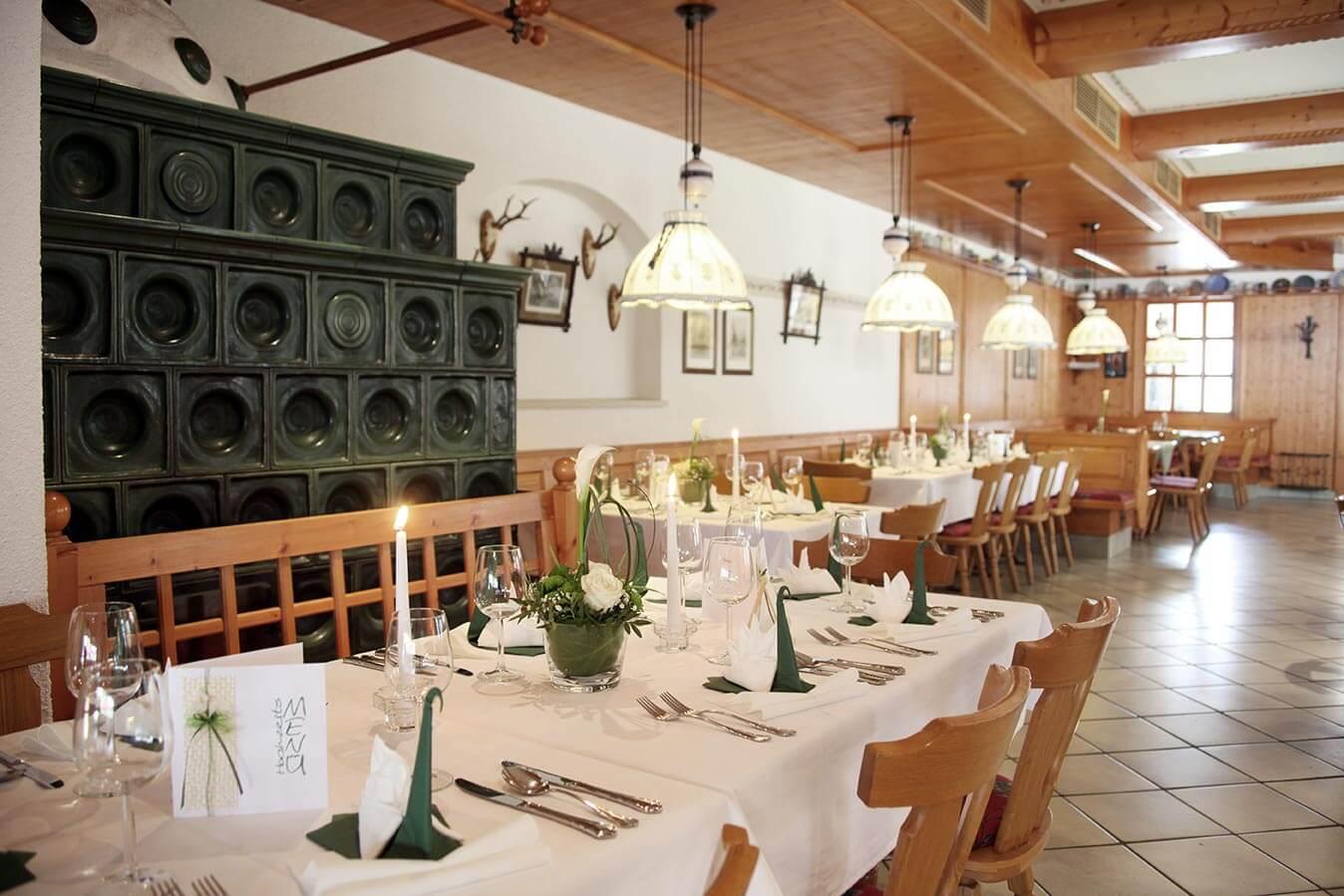 Kleiner Festsaal mit Kaminofen für die Familienfeier oder Taufe.
