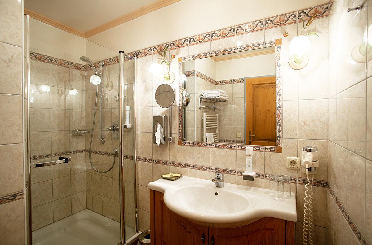 Badezimmer-komfortzimmer-familienzimmer-gasthof-reiterhof-pichler-familienhotel